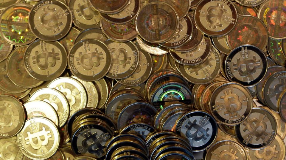 Bitcoin-Münzen auf einem Haufen.