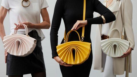 Frau trägt Schultertasche