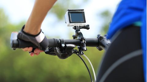 GoPro Alternativen: Action-Cam am Lenker eines Mountainbikes