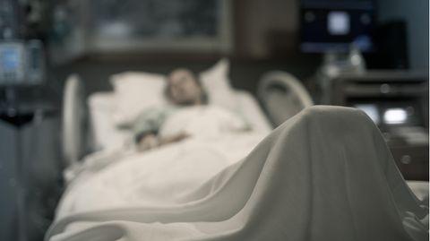 Eine Frau liegt in einem Krankenbett