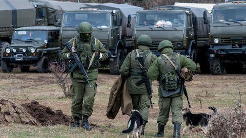 Russische Soldaten besetzen im März 2014 eine ukrainische Kaserne inPerewalne