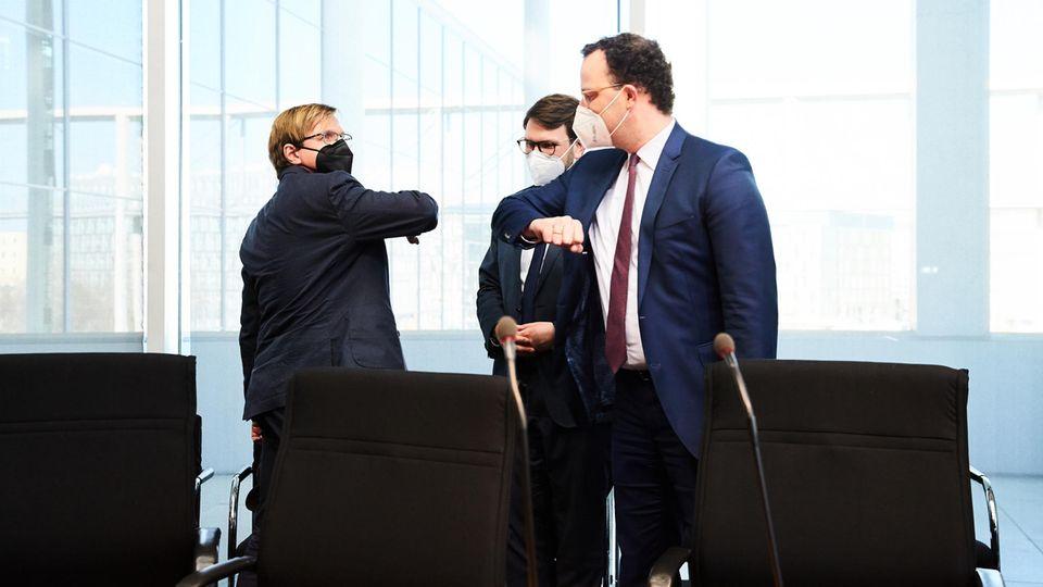 stern-Reporter und Petent Bernhard Albrecht (links) und Bundesgesundheitsminister Jens Spahn (CDU) begrüßen sich vor der Anhörung. In der Mitte: der Ausschussvorsitzende Marian Wendt (CDU)