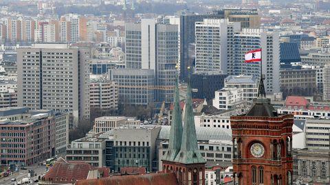 Hinter den Türmen der Marienkirche und des Roten Rathauses sind zahlreiche Wohnblocks zu sehen