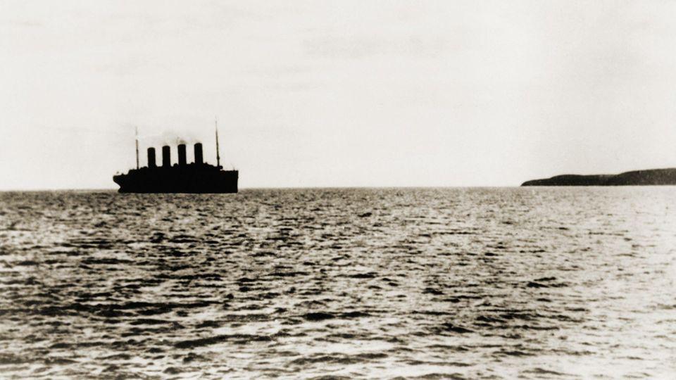 """15. April 1912: Der Untergang der """"Titanic""""  Dies ist das letzte Foto der """"Titanic"""". Zur Jungfernfahrt in See gestochen verlässt der Ozeanriese Queenstown, England. Nächster Halt: New York City. Doch soweit kommt das damals größte Schiff der Welt nicht. Kurz vor Mitternacht kollidiert die """"Titanic"""" mit einemEisberg, sie sinkt gegen 2 Uhr vor Neufundland,1500 Menschen sterben. Besonders bitter: Obwohl ausgerüstet mit der neuesten Funktechnik, erreichten die Eiswarnungen viel zu spät die Brücke. Die Funker waren zu sehr mit den privaten Nachrichten der Passagiere beschäftigt."""
