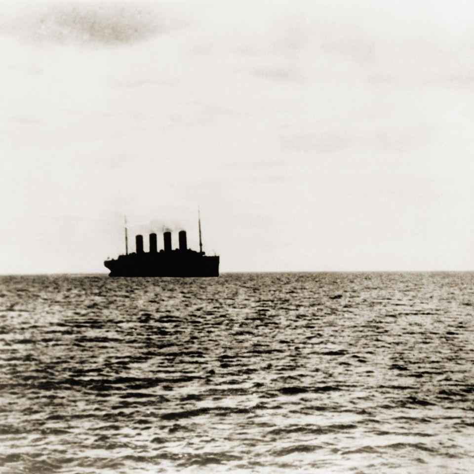 """15. April 1912: Der Untergang der """"Titanic""""  Dies ist das letzte Foto der """"Titanic"""". Zur Jungfernfahrt in See gestochen verlässt der Ozeanriese Queenstown, Irland (heuteCobh).Nächster Halt: New York City. Doch soweit kommt das damals größte Schiff der Welt nicht. Kurz vor Mitternacht kollidiert die """"Titanic"""" mit einemEisberg, sie sinkt gegen 2 Uhr vor Neufundland,1500 Menschen sterben. Besonders bitter: Obwohl ausgerüstet mit der neuesten Funktechnik, erreichten die Eiswarnungen viel zu spät die Brücke. Die Funker waren zu sehr mit den privaten Nachrichten der Passagiere beschäftigt."""