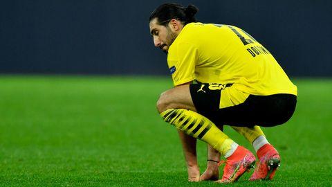 BVB-Spieler Emre Can kauert enttäuscht auf dem Rasen