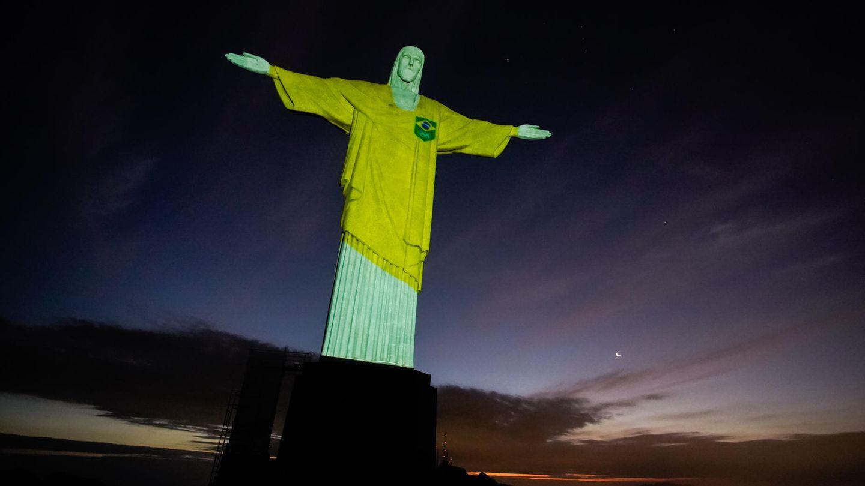 Rio de Janeiro, Brasilien.DerErlöserträgt gelb:100 Tage vor Beginn der Olympischen Sommerspielein Tokio ist dieJesusstatue hoch über der Millionenmetropolemit denTrikotfarben der brasilianischen Delegationbeleuchtet.