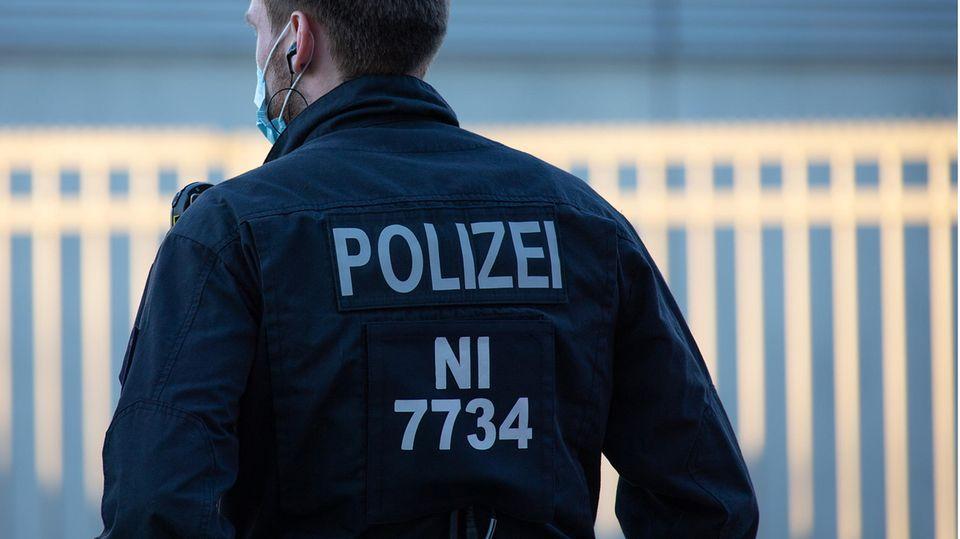 Ein Polizeibeamter in Uniform aus Niedersachsen von hinten fotografiert