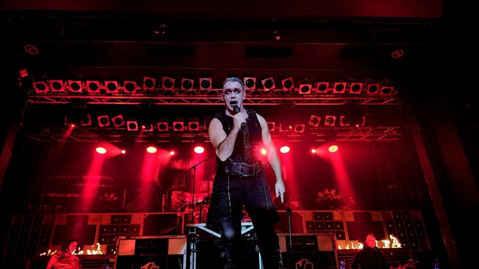 Rammstein-Frontmann Till Lindemann bei einem Konzert
