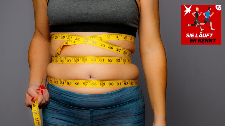 Bauchfett durch Laufen loswerden: Der Bauchumfang sollte mit einem Maßband gemessen werden
