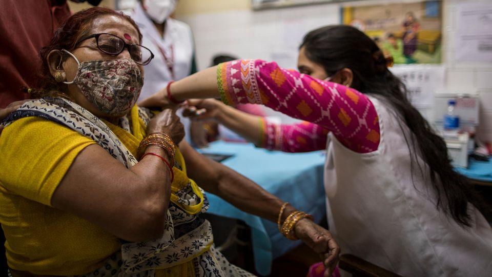 Als Belohung für eine Impfung erhalten die Menschen in Neu Delhi einen Steuerrabatt
