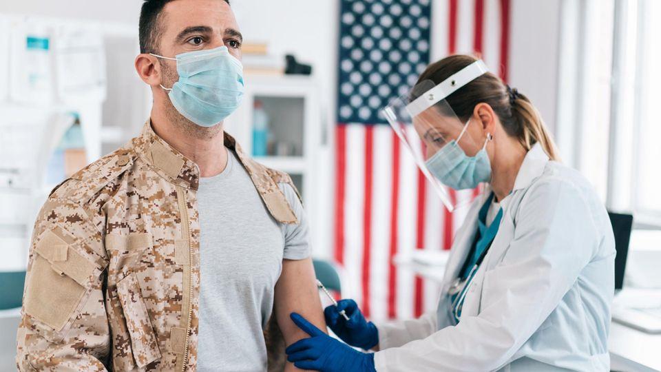 Ein US-Soldat wird gegen das Coronavirus geimpft
