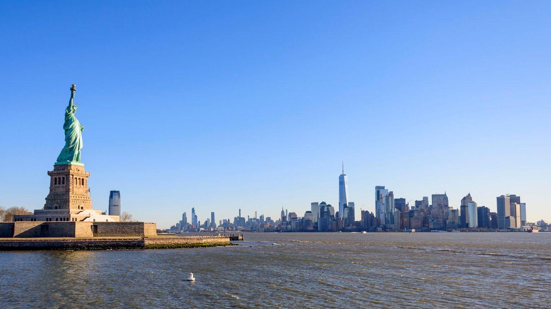 DieFreiheitsstatue vor der Skyline von Manhattan