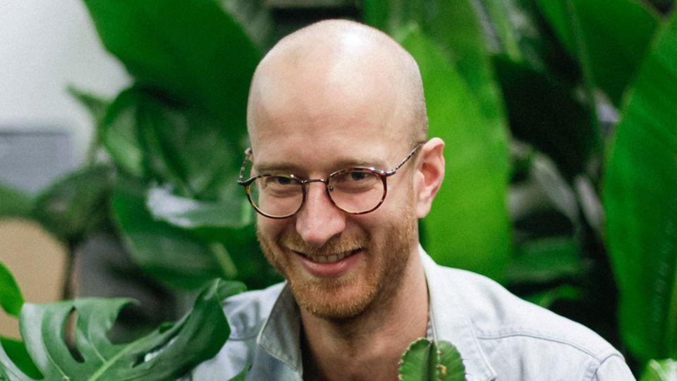 Alex Napetschnig, einer der Mitgründer von Bosque kennt sich mit nachhaltigen Pflanzen aus.