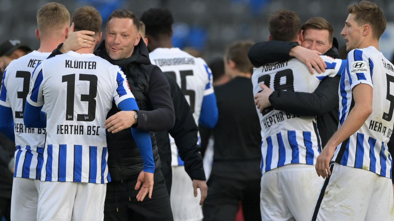 Spieler und Trainer von Hertha BSC umarmen sich nach einem Spiel