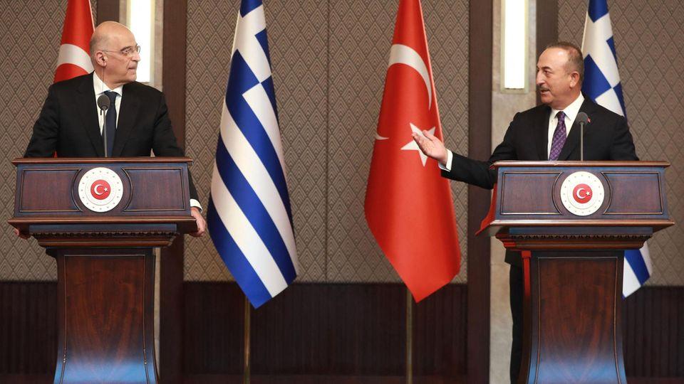 Nikos Dendias (l.), Außenminister von Griechenland, und Mevlüt Cavusoglu, Außenminister der Türkei