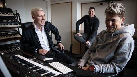 Scooter-Frontmann H.P. Baxxter und seine Bandmitglieder im Studio in Hamburg