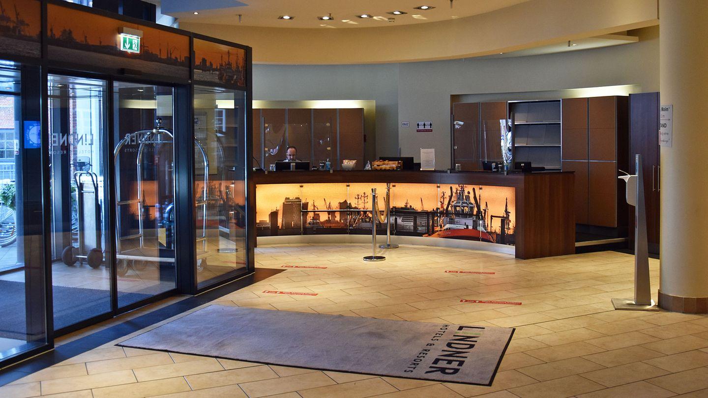 Leere Lobby mit Destinfektionsmittelspender: Während des Lockdowns empfängt das Lindner Hotel am Michel in Hamburg kaum Gäste