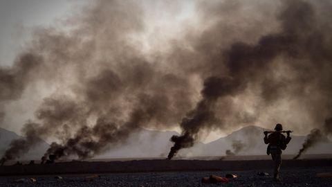 Ein US-Marine in Afghanistan geht zu Fuß, um Essensvorräte abzuholen