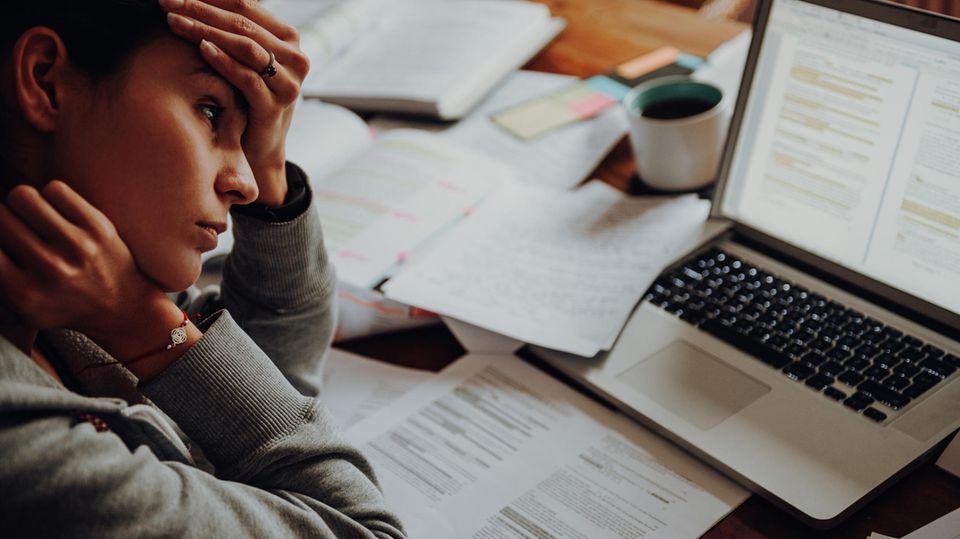 Frau mit Burnout im Home-Office
