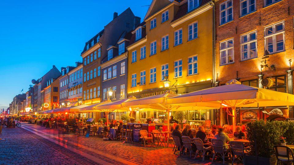 Restaurants im Kopenhagener Stadtteil Nyhavn am Abend