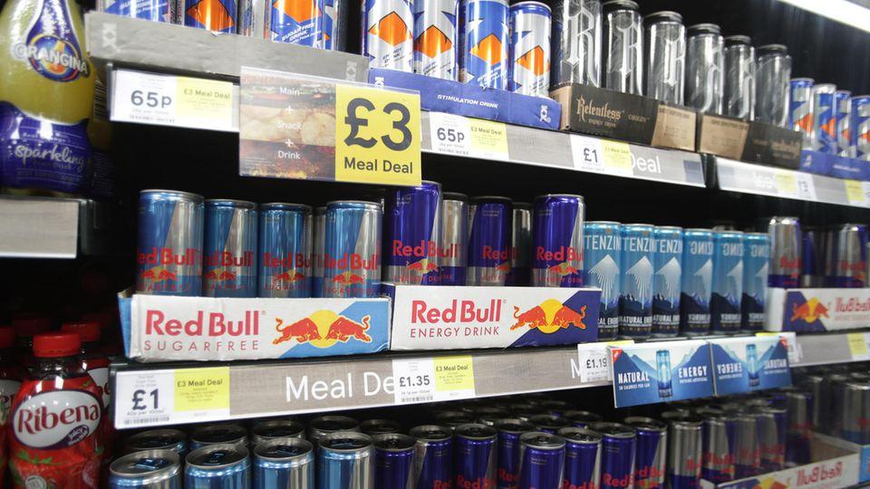 Ein Supermarktregal voller Energydrinks unterschiedlicher Marken
