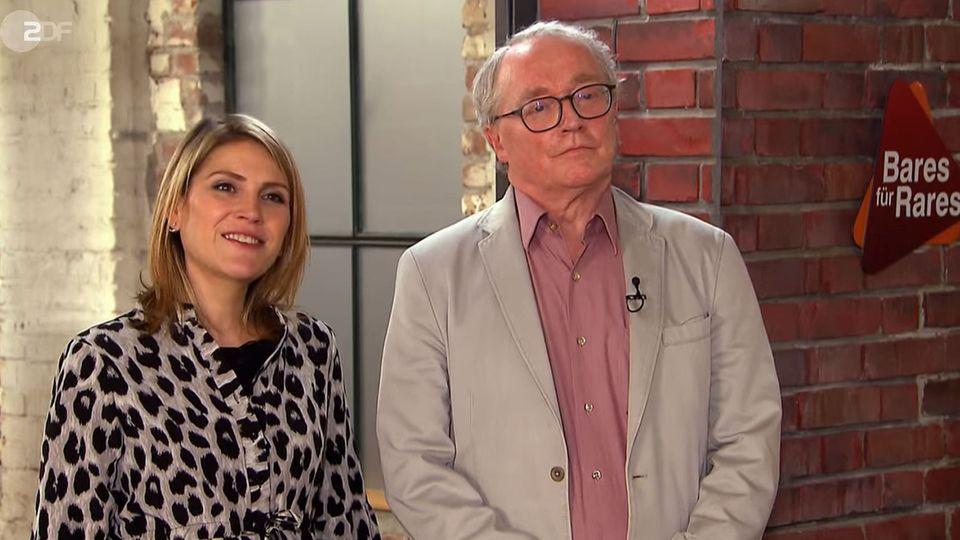 Michaela und Wolfgang Traeg stehen im Studio von Bares für Rares und schauen in die Kamera