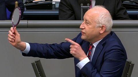 FDP-Mann Wieland Schinnenburg hält der AfD wortwörtlich den Spiegel vor