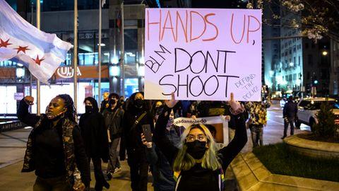 Demonstranten nehmen an einem Protestmarsch nach dem Tod von Daunte Wright teil