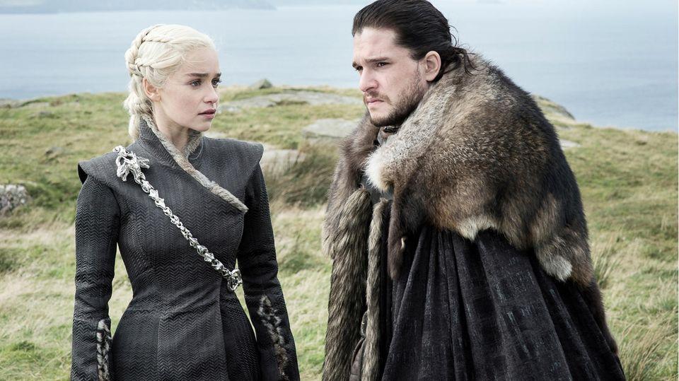 """Eine Szene aus """"Game of Thrones"""": Kit Harington als Jon Schnee und Emilia Clarke als Daenerys Targaryen"""