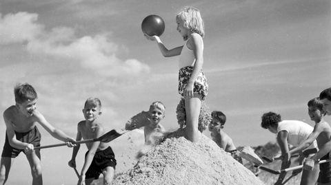 Scheinbar unbeschwertes Spiel am Strand: Junge Feriengäste eines Kinderheims der Krankenkasse DAK in Wenningstedt auf Sylt im Jahr 1959.