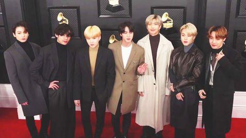 K-Pop-Band lässt sich auf dem roten Teppich fotografieren