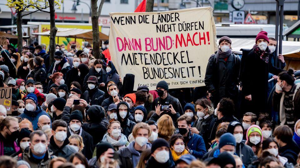 Dicht an dicht protestieren Menschen mit Gesichtsmasken
