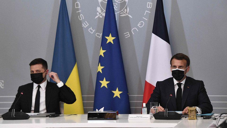 Frankreich, Paris: Emmanuel Macron (r.), Präsident von Frankreich, und Wolodymyr Selenskyj, Präsident der Ukraine