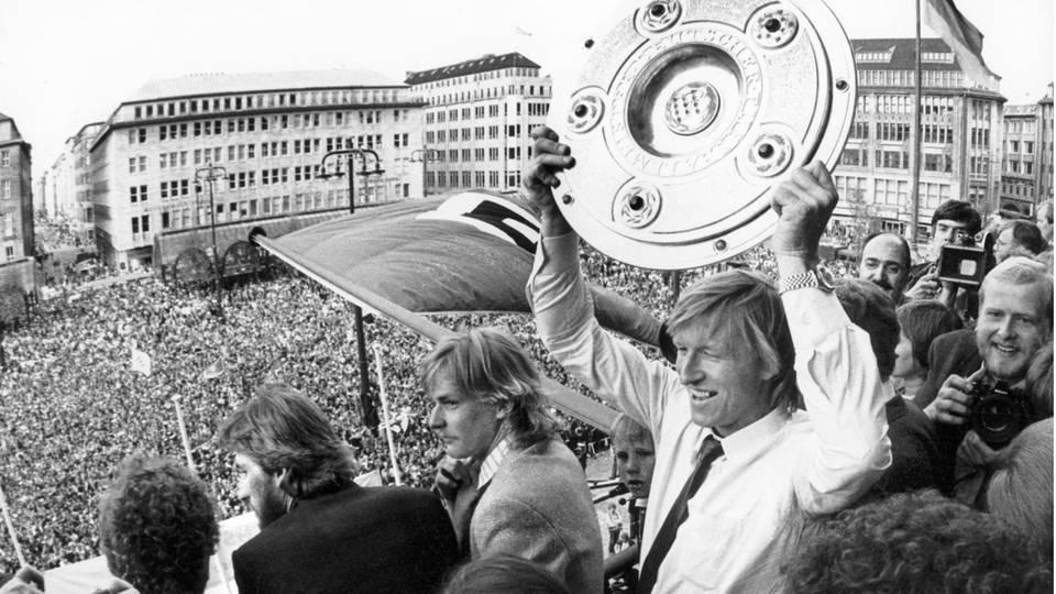 Das waren noch Zeiten: 1982 feiern Horst Hrubesch und der HSV auf dem Rathausbalkon mit 30.000 Fans die Meisterschaft