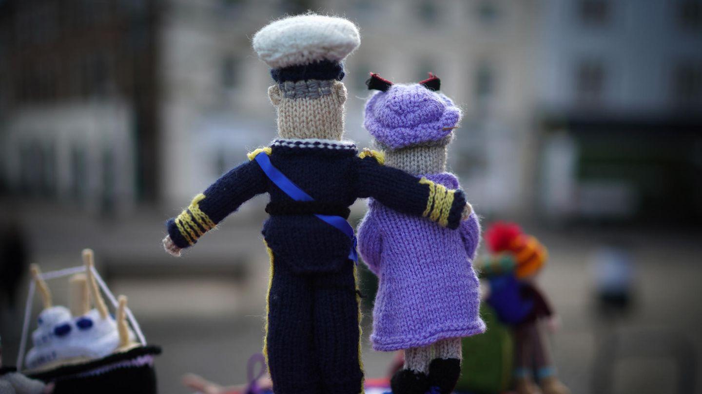Windsor, Großbritannien: Ein gestrickter Gobelin-Briefkastenaufsatz, derKönigin Elizabeth II. und ihren Ehemann Prinz Philip darstellt, schmückt den Briefkasten vor Schloss Windsor. Am 9. April verstarb der Prinzgemahl im Alter von 99 Jahren. Am heutigen Samstag findet die Beisetzung in der Kapelle St George's statt.