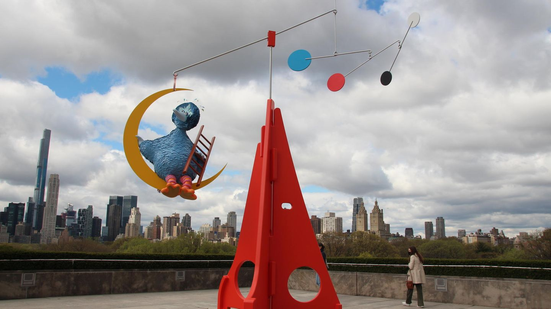 """New York, USA: Ein großer blauer Vogel schaukelt als Teil einer neuen Kunst-Installation auf dem Dach des New Yorker Metropolitan Museums vor der Skyline Manhattans. Der Vogel erinnert zwar stark an die Figur Bibo aus der Kinderserie """"Sesamstraße"""", jedoch gehört er zu einem Mobile, das der US-Künstler Alex Da Corte für die Dachterrasse des Museum entwarf.""""Das kühne Werk pendelt zwischen Freude und Melancholie und bringt eine spielerische Botschaft von Optimismus und Reflexion"""", sagte der österreichische Direktor des Met, Max Hollein.Die am Freitag eröffnete Installation """"As Long as the Sun Lasts"""" soll noch bis zum 31. Oktober zu sehen sein. Es ist bereits das neunte Mal, dass das Museum einen Künstler dazu eingeladen hat, für die Dachterrasse, von der aus Besucher einen Panorama-Blick über den Central Park und die Skyline Manhattans haben, ein Werk zu entwerfen."""