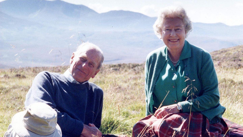 Königin Elizabeth II. mit ihrem EhemannPrinz Philip auf einem Bild aus 2003.