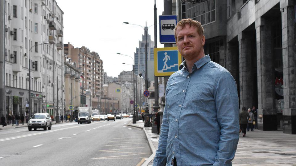 Enno Lenze aus Berlin steht im Zentrum von Moskau an einer Straße.