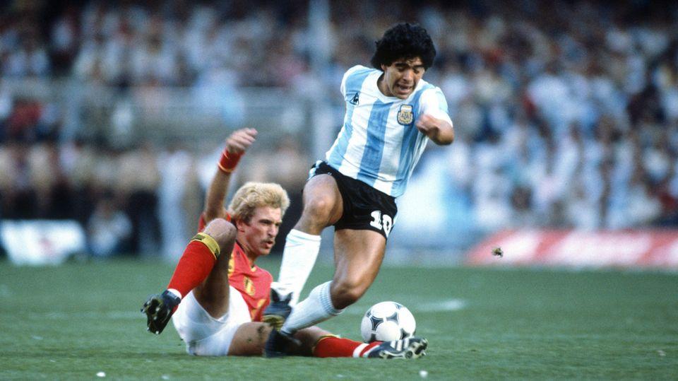 DiegoMaradona bei seinem ersten WM-Spiel zwischen Argentinien und Belgien 1982