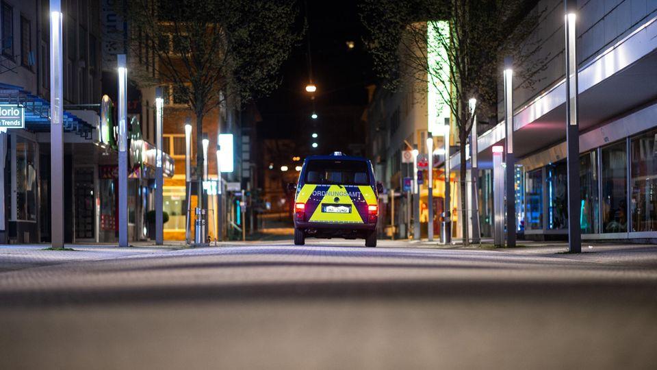 Ein Auto des Ordnungsamts fährt durch die Fußgängerzone in Hagen und kontrolliert die Einhaltung der Ausgangssperre.
