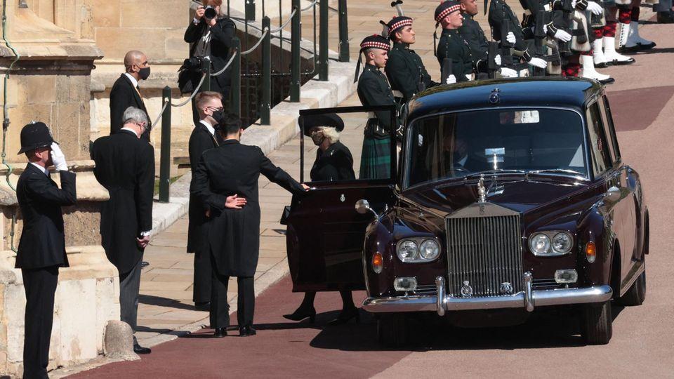 Herzogin Camilla, die Frau von Prinz Charles, trifft vor der St George's Chapel ein