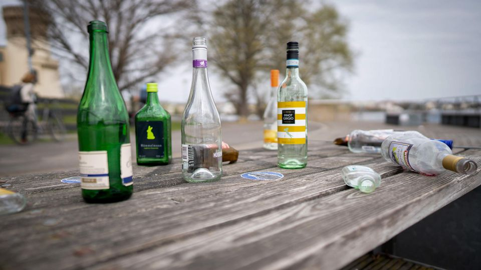 Leere Flaschen am Tiefen See in Potsdam
