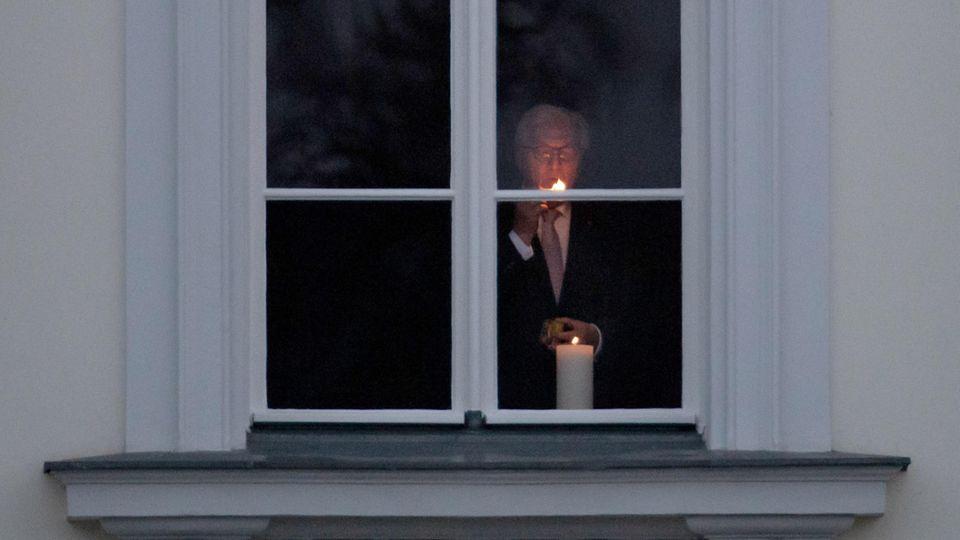 Bundespräsident Frank-Walter Steinmeier hat zum Gedenken an die Toten der Coronavirus-Pandemie eine Kerze entzündet