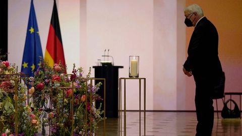 Bundespräsident Frank-Walter Steinmeier im Gespräch mit zwei Frauen