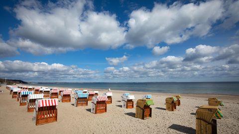 Timmendorf: Geschlossene Strandkörbe stehen auf dem fast menschenleeren Strand an der Ostsee