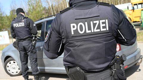 Polizisten kontrollieren am Grenzübergang Ahlbeck auf der Insel Usedom den Verkehr nach Swinemünde