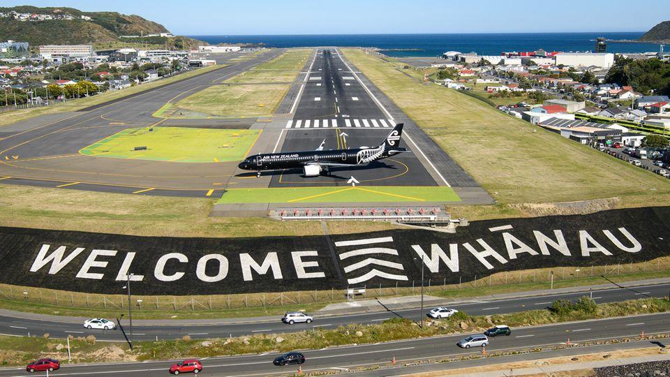 Wellington, Neuseeland.Premiere am Flughafen der Hauptstadt. Der erste Bubble-Flug aus Australien ist gelandet. Seit heute können Fluggäste in einer ArtReiseblaseohne Quarantäne zwischen Australien und Neuseeland verkehren.Neuseeland gilt wegen extrem strenger Maßnahmen und genauer Kontaktverfolgungen als Musterland in der Coronakrise. Auch Australien ist sehr erfolgreich im Umgang mit der Pandemie.