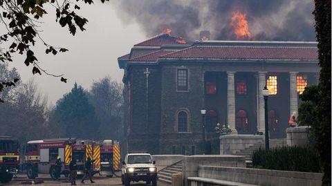 Ein Feuer wütet in der Jagger Library der Universität Kapstadt