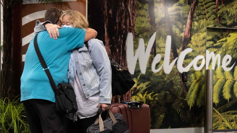 Bild 1 von 14der Fotostrecke zum Klicken:Sich endlich wieder in die Arme schließen können: Am Montagmorgen trifftder erste Flug von Australien in Wellington ein, der Hauptstadt Neuseelands.